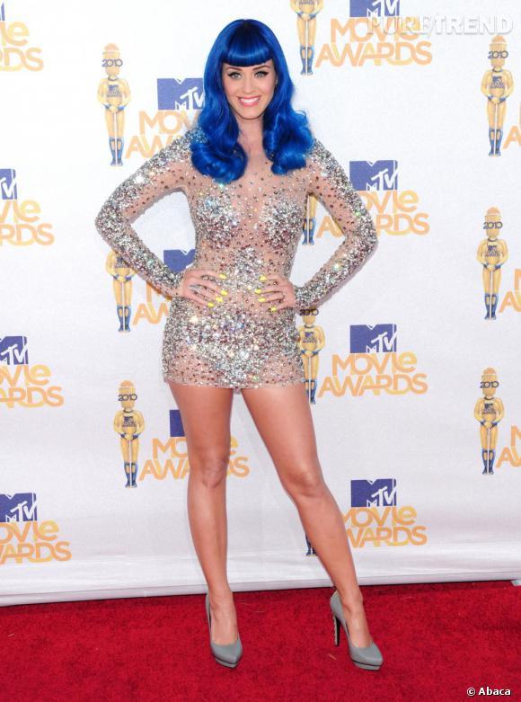 Pour les MTV Movie awards, Katy est loin de passer inaperçue avec une perruque bleu électrique et une robe nude à sequin Zouhair Mourad.