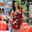 Avec une robe rouge à paillettes one shoulder parsemée de gros dés, Katy prouve qu'elle n'est pas une petite joueuse.