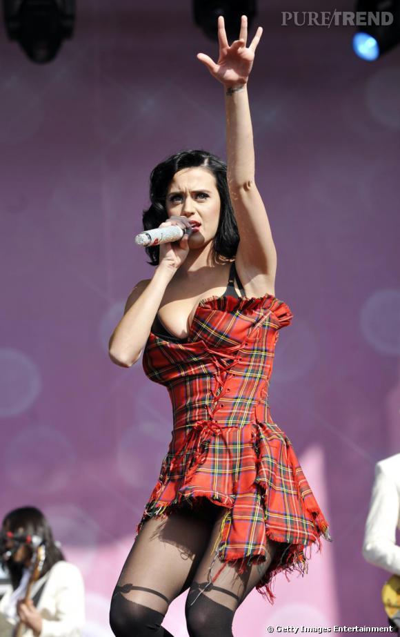 Lorsqu'elle revisite le traditionnel imprimé écossais, la chanteuse l'adopte sur une robe bustier et associée avec des collants inspiration porte-jarretelle.