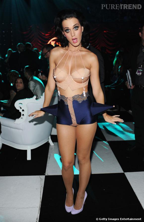 Katy s'inspire de Madonna et de son bustier à seins pointus Jean-Paul Gaultier. Elle l'associe à une bas effet lingerie agrémenté de cônes.
