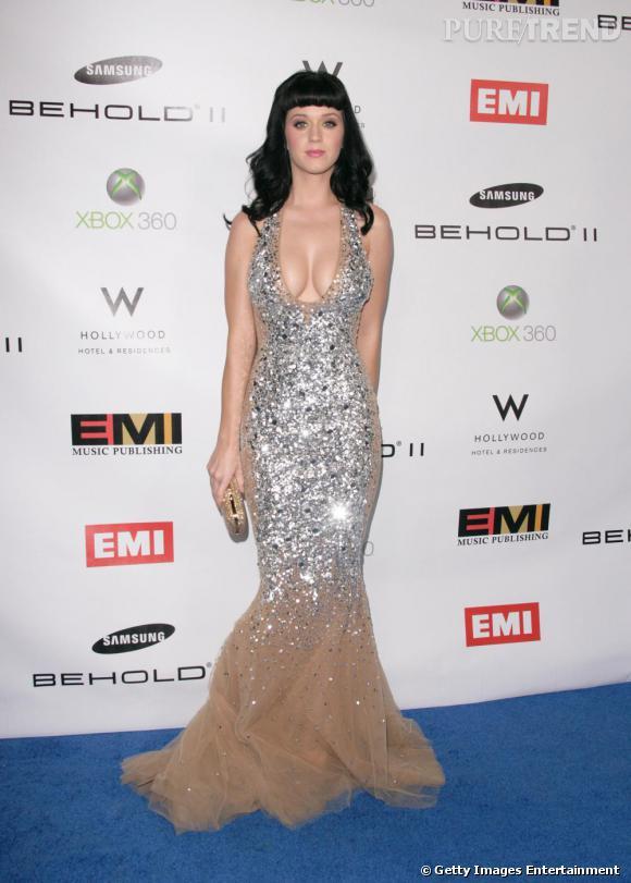 Véritable adepte des créations pailletées, Katy Perry récidive le look sequins avec une robe Zuhair Murad et s'offre une allure de sirène.