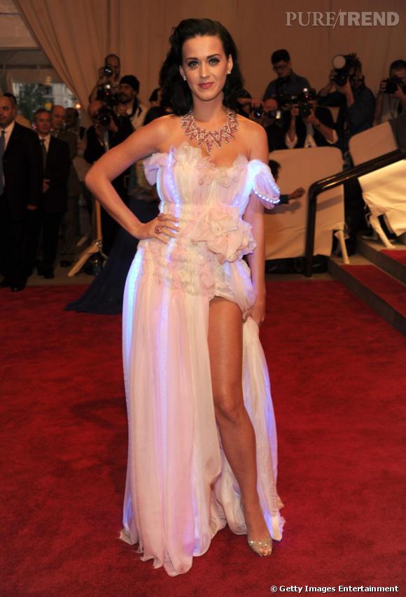 Même lorsqu'elle choisit une tenue un peu simple, une robe fendue blanche par exemple, Katy ne manque pas d'y associer des détails décalés telles que les lignes fluorescentes !
