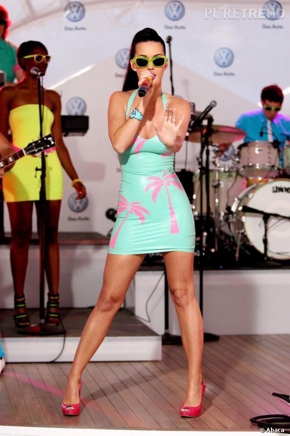 Mini robe moulante vert à palmiers, il n'en faut pas plus à la chanteuse pour incarner l'été.