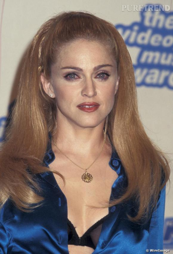 Après Barbie place à Sheila. La queue de cheval bouffante et des yeux de biche, Madonna séduit en douceur.
