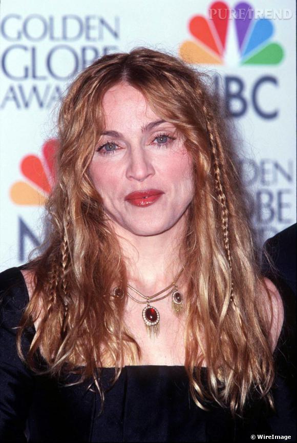 En 1998, la chanteuse sort l'album Ray of Light et surfe sur la tendance bohème. Elle choisit une chevelure blonde mais moins artificielle aggrémentée de fines tresses. Si son make-up est moins prononcé, elle affiche tout de même un visage magnifié.