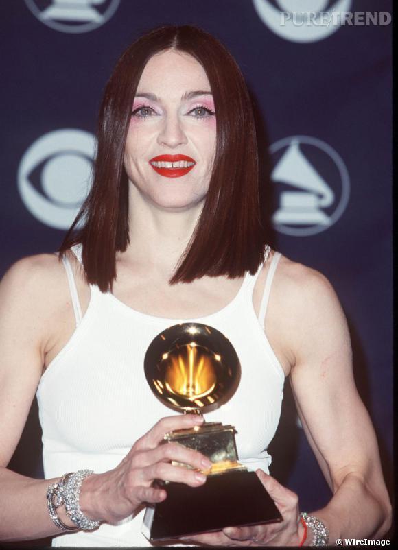 En 1999, elle choisit une coupe qui lui durcit le visage. Affichant un maquillage rose sur les paupières et écarlates sur les lèvres...