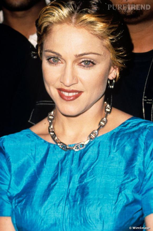 En 1995, la chanteuse arbore un maquillage léger les yeux sublimés d'une touche de mascara et les lèvres framboise. Pour ses cheveux, entre blond et brun, elle hésite encore.