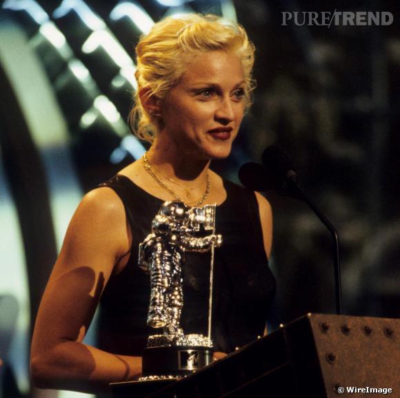 Pour les MTV Video Music Awards elle opte une coupe courte attachée avec de petites pinces, toujours blond platine.