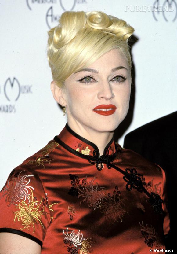 Après Marylin, Madonna succombe au pays du soleil levant et affiche en 1995 un make-up blanc, les lèvres ourlées d'une rouge vif et les yeux soulignés d'un trait de khol. Pour rester dans le thème elle tente la coiffure de geisha.