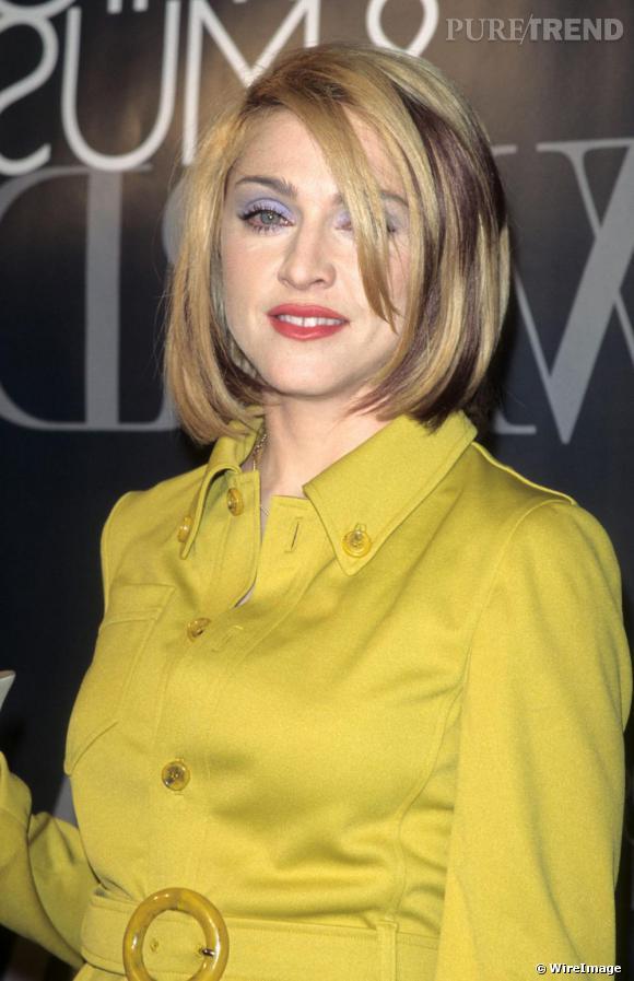 Les yeux ombrés de mauve, la chanteuse choisit une coupe courte mais hésite toujours entre brun et blond.