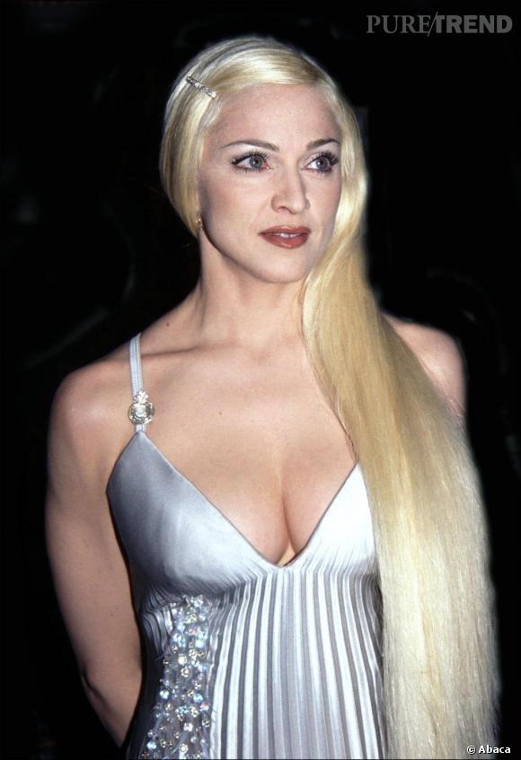 En 1995 toujours, Madonna se glisse dans la peau de Barbie. Tout y est, la chevelure lisse et longue, la robe de bimbo à strass et le sourcil bien dessiné.