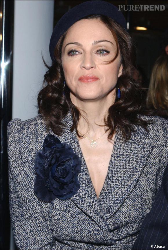 En 2003, la chanteuse redevient brune et affiche un look délicieusement rétro. Make-up soigné, cheveux bouclés, elle resplendit.