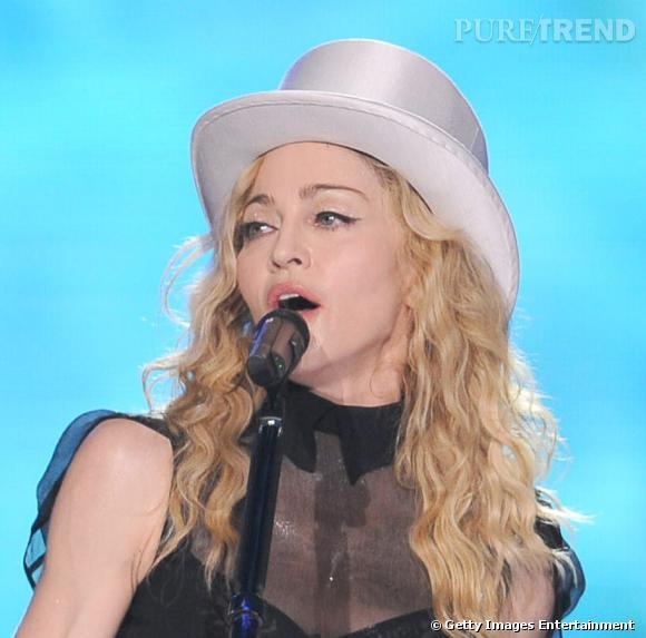 Pour son Sticky and Sweet Tour, Madonna semble rajeunir mais aussi assagie. Elle choisit les cheveux ondulés d'un blond très clair afin de ne pas durcir son visage translucide.