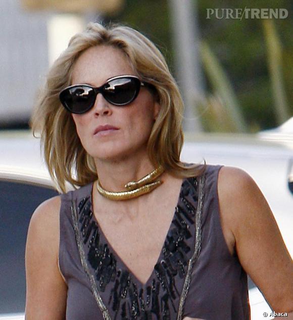 898f0ee600088d Sharon Stone aime les accessoires griffés comme ses lunettes de soleil  papillon Dior.