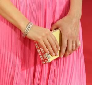 Une pochette rigide très moderne pour Keri qui rompt ainsi avec l'allure très rétro candide de sa robe.