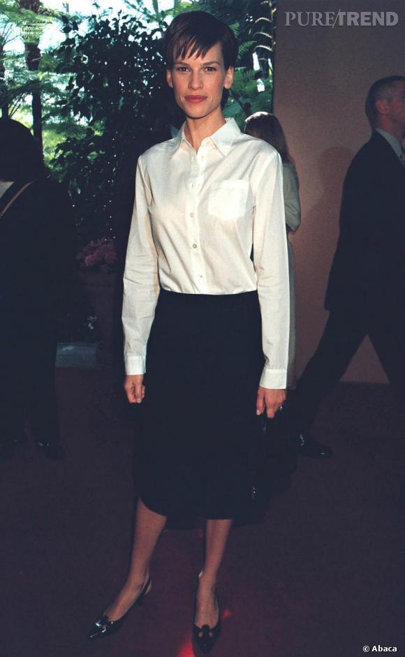 Hilary Swank a une coupe garçonne et une jupe étroite : une faute de goût en matière de mode.