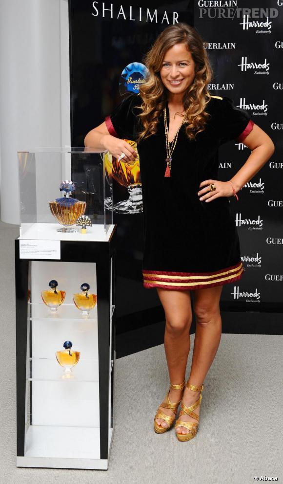 Jade Jagger présente le nouveau flacon de Shalimar de Guerlain au magasin Harrods de Londres.
