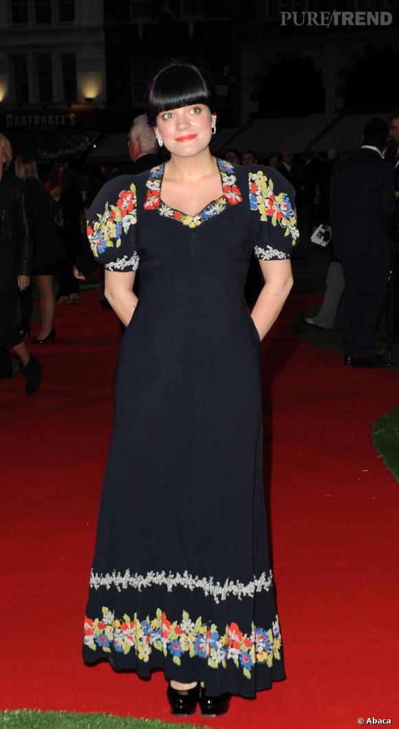 Lily Allen était présente à l'avant première de Tamara Drewe. La faute de goût : cette robe longue et très large épaissit beaucoup trop sa silhouette. Il en est de même pour les manches bouffantes qui élargissent ses épaules.