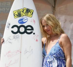 Si elle n'est pas venue pour faire du surf, elle ne résiste pas à l'envie de prendre la pose.
