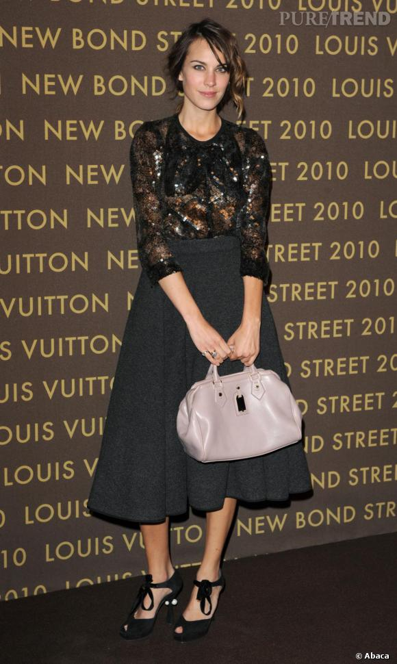 Habituée des minirobes et petits shorts, Alexa Chung craque elle aussi pour la jupe rétro signée Louis Vuitton.