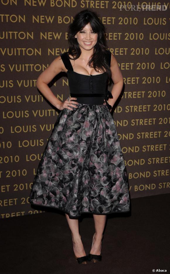 Plutôt gothique, Daisy Lowe ose le look chic façon 50's signé Louis Vuitton.