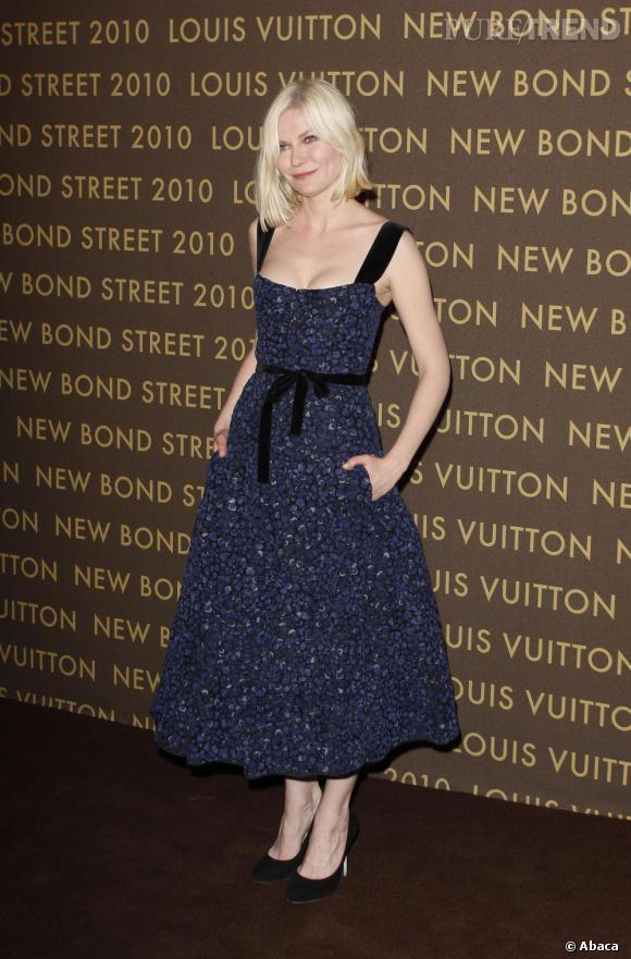 Toujours au fait des tendances, Kristen Dunst a été séduite par la robe rétro Louis Vuitton dessinée par son ami Marc Jacobs.