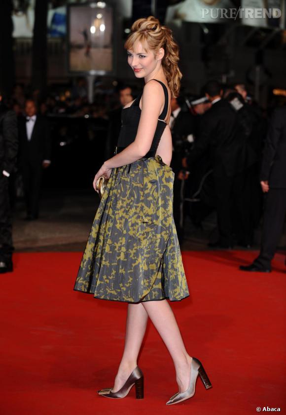 Nouvelle révélation mode, Louise Bourgoin joue le total look fifties avec bustier et jupe au genou de chez Louis Vuitton.