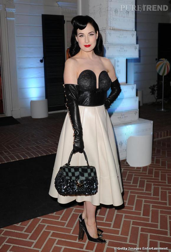 La pin-up Dita Von Teese cultive le goût des années 50, la jupe au mollet est un incontournable de sa garde robe.