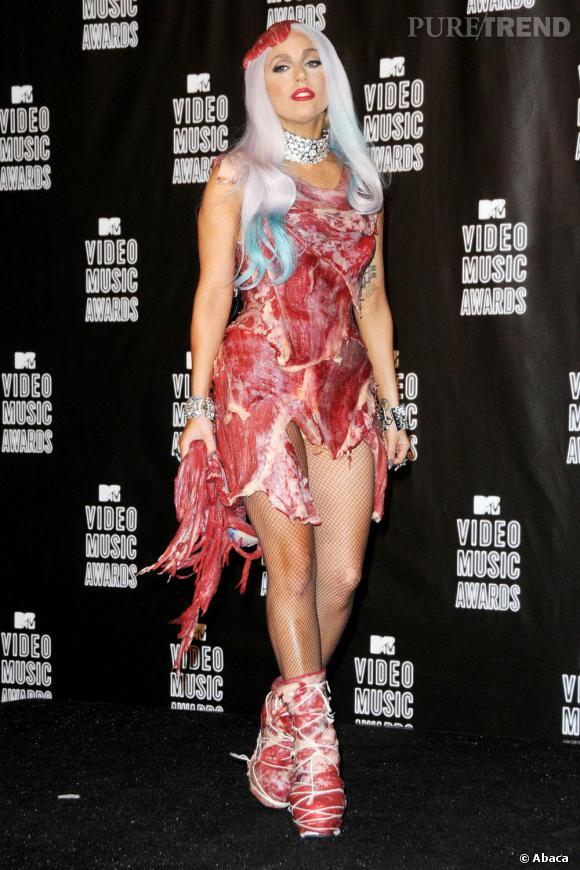 Numéro 1 : la provocation. Lady Gaga ne serait pas Lady Gaga si elle n'était pas provocante. Ici, elle porte sa robe viande créée par Franc Fernandez.