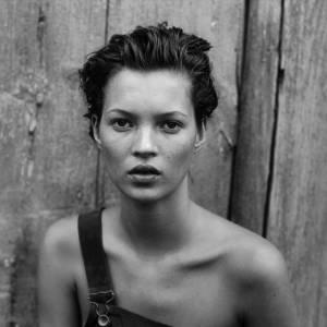 PETER LINDBERGH : DÉCRYPTAGE D'UN STYLE EN 5 IMAGES Peter Lindbergh traite les mannequins comme des actrices. Il les met en confiance sans jamais les trahir, saisissant l'instant rare où leur éclat transparaît. Respectées et aimées, elles se relaxent et s'abandonnent face à la caméra, capturées dans leur fraîcheur, leur beauté et surtout leur fragilité. Ce portrait de Kate Moss, réalisé pour l'édition américaine du Harper's Bazaar, transfigure la mode pour accéder à l'intemporel. Peu maquillée, les cheveux plaqués en arrière et vêtue d'une simple salopette, on dirait un garçon manqué qui dévisage l'objectif.