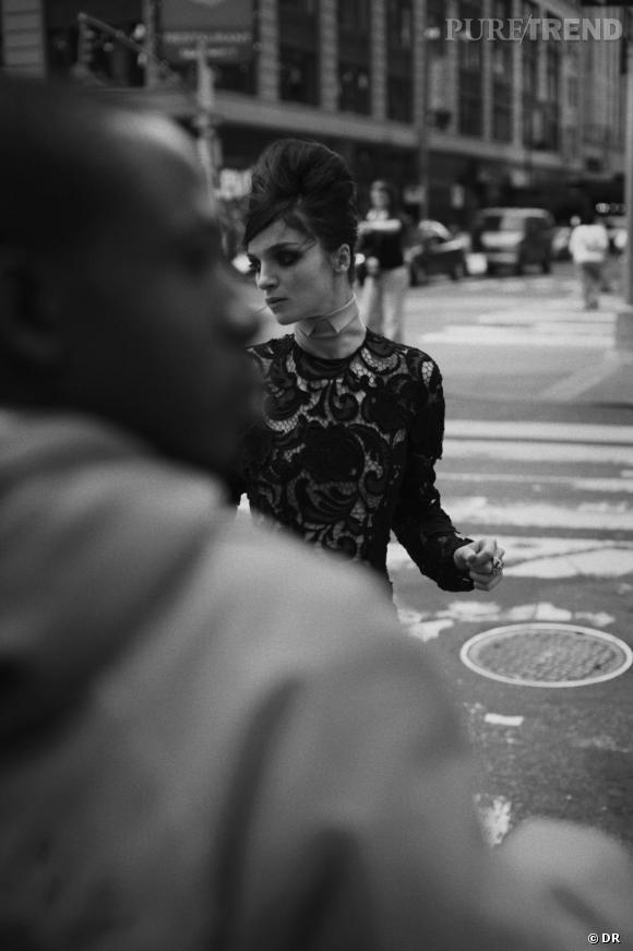 PETER LINDBERGH : DÉCRYPTAGE D'UN STYLE EN 5 IMAGES                  Lindbergh met la mode dans la rue, l'utilisant comme son studio et confrontant le luxe au quotidien. New York est son terrain de prédilection, à la fois dynamique, intense et dramatique. C'est une ville de métissages qui l'inspire totalement, à la fois sauvage, dure et sophistiquée. Ici, il photographie la romaine Maria Carla Boscono traversant la rue dans une robe Prada, comme suspendue entre deux rives. La beauté en transit.