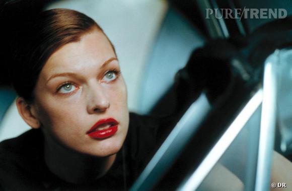 PETER LINDBERGH : DÉCRYPTAGE D'UN STYLE EN 5 IMAGES                  Milla Jovovich doit sa carrière de mannequin au photographe allemand. Il la découvre alors qu'elle n'est encore qu'une adolescente et la choisit tout de suite pour le Vogue. Milla est parfaite pour Lindbergh car elle est à la fois muse, actrice et top. Ses traits sont forts et expressifs, comme une peinture vivante. Cette année, ils fêtent leurs retrouvailles pour la campagne Escada, où il shoote Milla souveraine sur la scène d'un grand théâtre vide, tapissé de velours rouge.