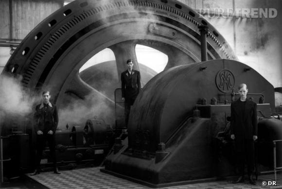 PETER LINDBERGH : DÉCRYPTAGE D'UN STYLE EN 5 IMAGES                  Signant plusieurs campagnes de pub dès les années 80, Lindbergh apporte sa touche expressionniste au monde de la mode. Cette image prise pour Comme des Garçons en 1988 présente les vêtements androgynes de Rei Kawakubo dans l'usine de Pont-à-Mousson près de Nancy. Cette composition inattendue sort la mode de son univers confiné pour l'opposer à la force de l'industriel. Ce genre de mariages est très apprécie par le photographe, toujours à la recherche de nouveaux contrastes pour donner vie au vêtement.