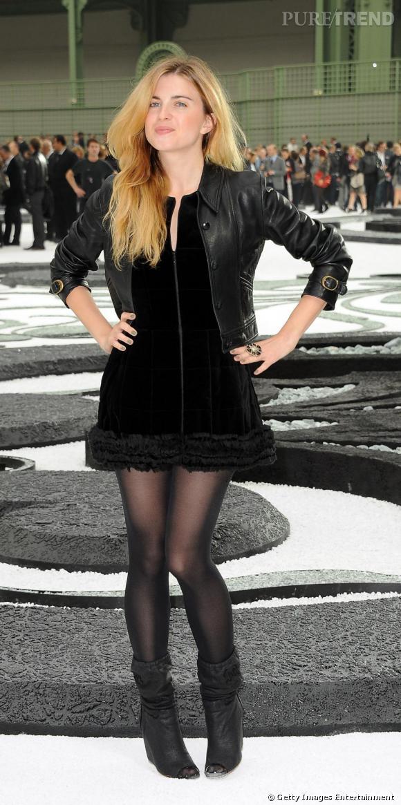 La belle Cécile Cassel en total look noir plus que réussit pour le défilé Chanel.