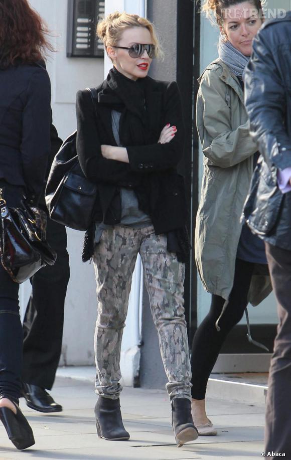Allure de rock star, Kylie Minogue affronte avec style la foule londonienne.