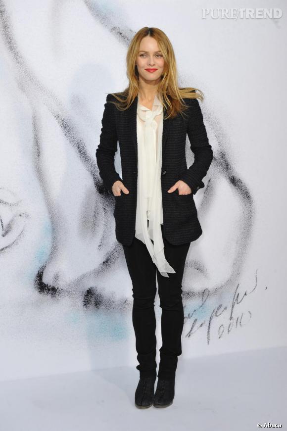 Total look noir et blanc signé Chanel pour Vanessa Paradis. Un look des plus chic pour aller travailler.