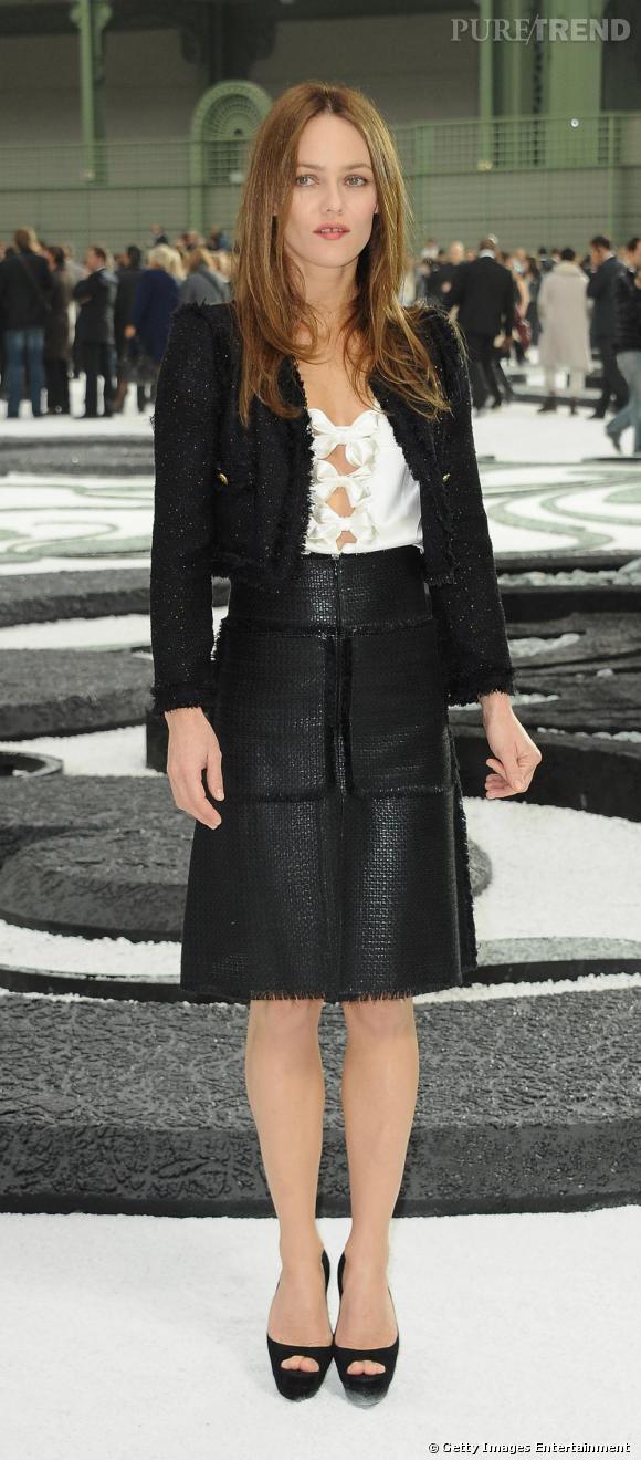 Changement de look pour Vanessa qui file au défilé Chanel. Jupe, chemisier noué et veste boléro, pour un ensemble de Parisienne chic.