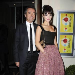 Numéro 3 : le style rétro. Avec une frange et un visage de poupée, la brunette adopte l'allure fifties à la perfection (ici signée Vuitton).
