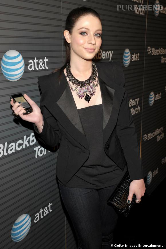 Michelle Trachtenberg opte pour un collier Danijo afin d'habiller son total look noir.