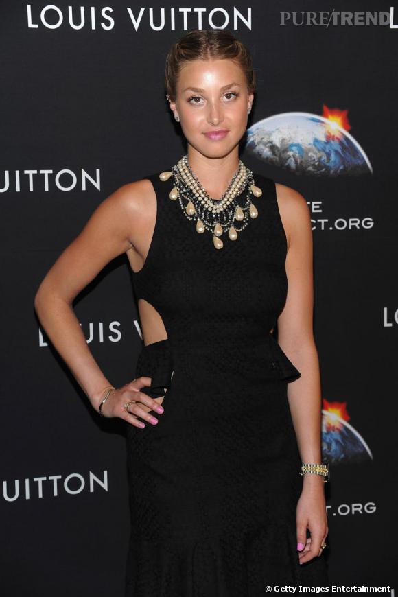 Whitney Port revisite le collier baroque en le portant avec une petite robe noire graphique.