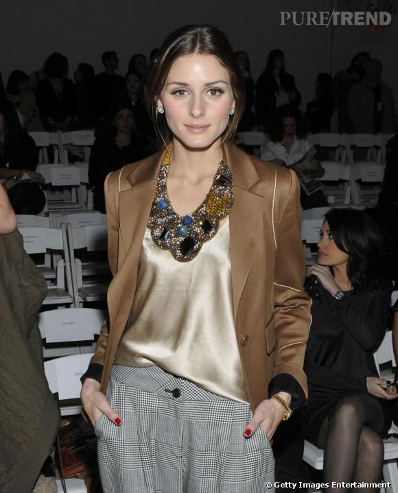 Olivia Palermo féminise son look façon Annie Hall avec un collier plaston créé par ses soins pour la marque Roberta Freymann.