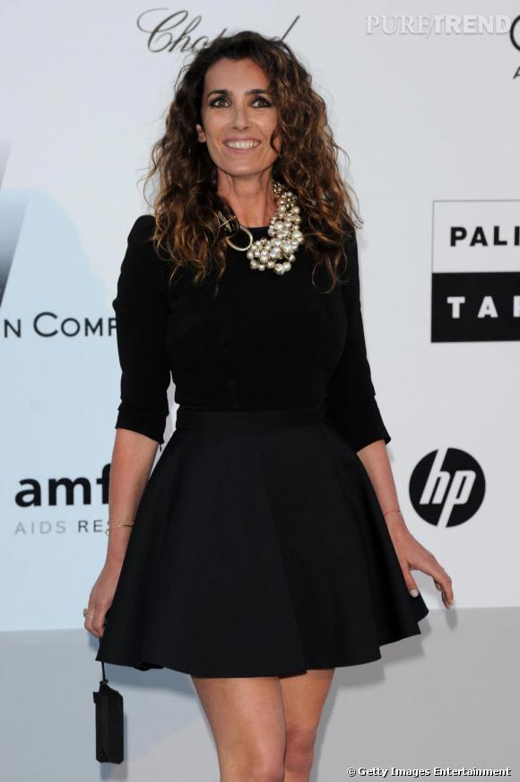 """Un look impeccable pour Mademoiselle Agnès qui accessoirise sa petite robe noire d'un collier Dior """"Mise en Dior""""."""