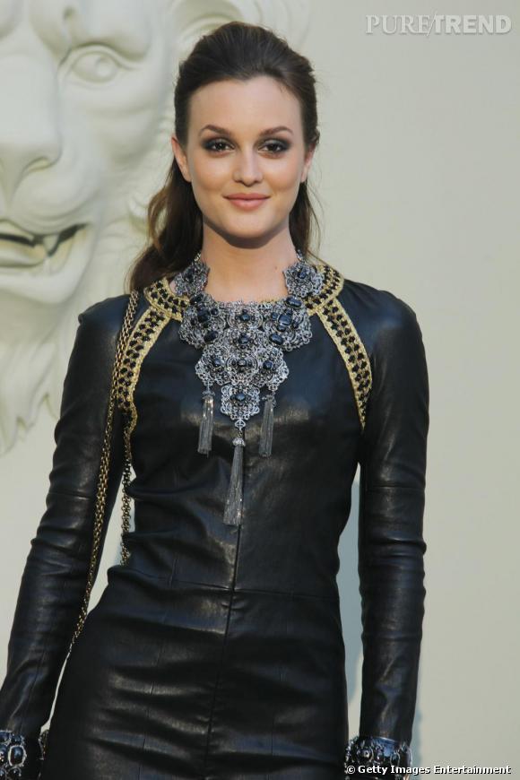 Leighton mixe collier plaston et robe en cuir, le tout signé Chanel.