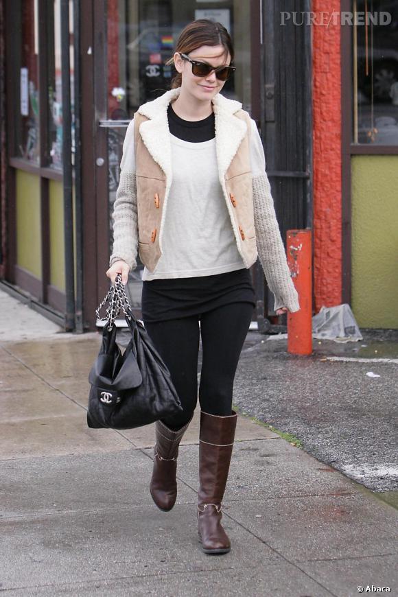 Peau de mouton et bottes, l'actrice est parée pour les faibles températures matinales et en plus elle conserve un look totalement tendance.