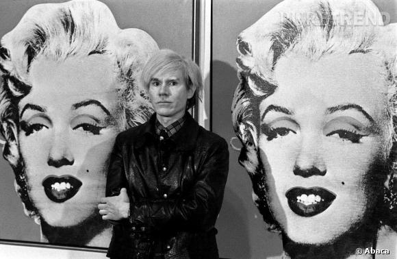 Andy Warhol devant ses toiles de Marilyn à la Tate Gallery.