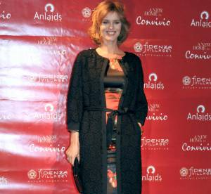 Eva Herzigova, enceinte, affiche ses formes