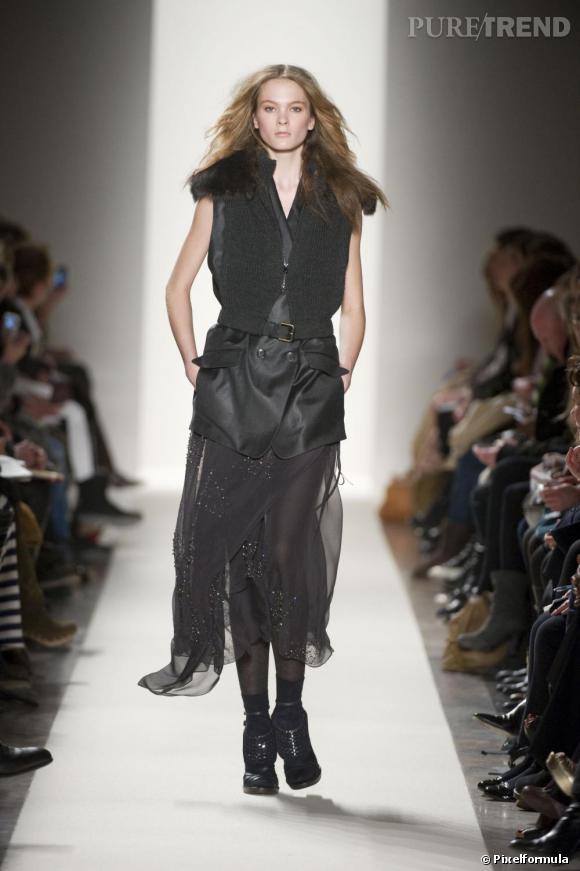 Pour habiller un look de soirée et marquer sa taille, la veste s'agrémente d'une ceinture comme chez Vanessa Bruno.