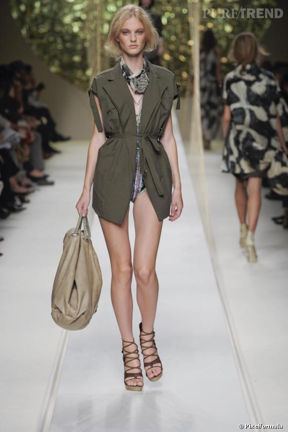 Associé à un épais collant et des bottines, le gilet de chez Kenzo peut se transformer en robe.