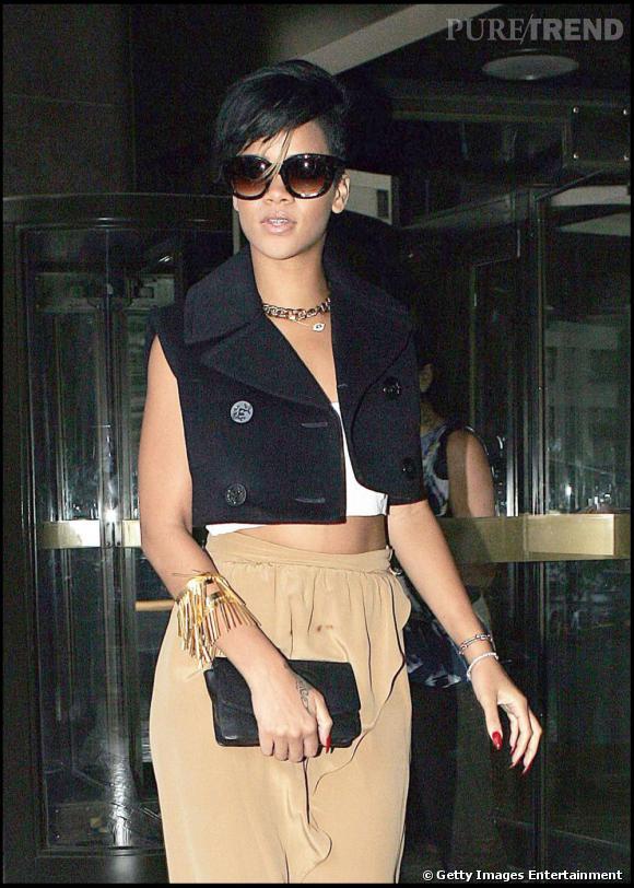 N'ayant pas froid aux yeux, Rihanna fond pour la tendance gilet sans manche avec un modèle assez masculin qu'elle porte sur un simple bustier.