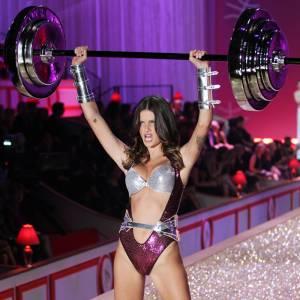 Isabeli Fontana sur le défilé Victoria's Secret 2010.